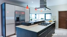 A Poplar Design 'Modern Masterpiece' by Caroline Higgins. Whoever can shape their surroundings exactly as they please can live a happier life. A sleek design and communicative island consequently often top the list of things to indulge in. #modern #bespoke #kitchen