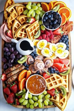 Party Food Platters, Food Trays, Charcuterie Recipes, Charcuterie Board, Mothers Day Dinner, Breakfast Platter, Brunch Party, Brunch Menu, Best Breakfast