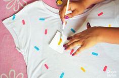 Como Customizar Camisetas Femininas: 90 Fotos, passo a passo, como cortar, ideias – Artesanato Passo a Passo! Paint Shirts, Tie Dye Shirts, Fabric Paint Shirt, Polo Shirts, T Shirt Diy, Sweat Shirt, Customised Clothes, T Shirt Painting, Diy Vetement