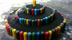idei practice Tire Garden, Bottle Garden, Raised Garden Beds, Garden Art, Plastic Bottle House, Reuse Plastic Bottles, Recycling, Reuse Recycle, Paper Flowers Craft