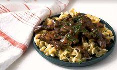 Gek op pasta, biefstuk en champignons? De perfecte combi voor een heerlijke pastasaus hebben we voor je gevonden. Zo klaar en onwijs lekker! Pasta Salad, Slow Cooker, Meat, Baking, Ethnic Recipes, Kitchen, Food, Crab Pasta Salad, Cooking