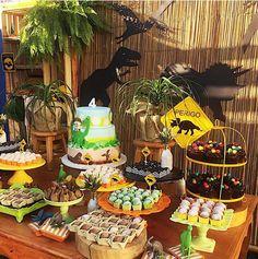 El misterio de los dinosaurios es una gran inspiración para todos los niños, ¿imagina una gran excursión? busca juegos con este tema como d... Godzilla Party, Dinosaur Birthday Party, 6th Birthday Parties, 2nd Birthday, Birthday Ideas, Anniversaire Godzilla, Jurassic Park Party, Party Decoration, Babyshower