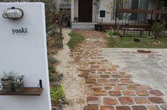 Brick Walkway Diy, Brick Path, Terraced Patio Ideas, Spanish Patio, Provence, Japan Garden, Garden Design, House Design, Inside Plants