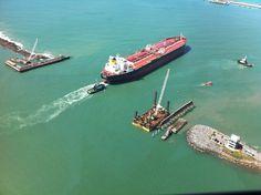 Foto aerea do Petroleiro Joao Candido saindo deSuape