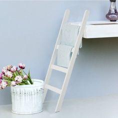 http://www.lovethesign.com/promo/prodotti/complementi/accessori-bagno/cinas/scala-porta-asciugamani-bianca