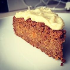 This carrot cake is so delicious that you always would want to eat it. For breakfast, snack, lunch, dessert . Good news, it's so healthy that you really can eat it any time of the day without guilt 😉 Baking Recipes, Cake Recipes, Snack Recipes, Dessert Recipes, Snacks, I Love Food, Good Food, Yummy Food, Healthy Sweets