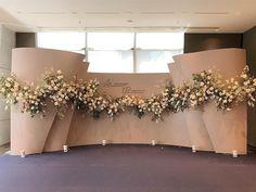 Wedding Backdrop Design, Wedding Stage Design, Wedding Reception Backdrop, Green Wedding Decorations, Flowers Decoration, Photowall Ideas, Garden Party Wedding, Arte Floral, Wedding Flowers