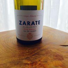 Zarate Albarino 2013  Eulogio Zarate Rias Baixas, Spanien  Der Einstiegs Albariño von Eulogio Zarate besticht durch seiner Frische, Mineralität, sowie einem knackigen Mundgefühl. Im Duft dominieren Noten von frischem Fenchel, ein Hauch Limette, etwas unreife Birne und dezente Kräuternoten. Im Geschmack zeigt er sich schlank, aber dennoch mit einer schönen Längen, die von der harmonischen Säure getragen wird. Ein wunderbarer Alltagswein mit hohem Trinkfluss.