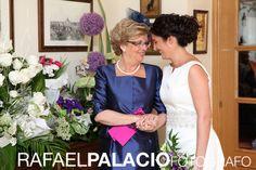 Foto entrañable de madre con novia en momento de complicidad