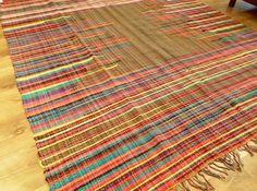 Tapetão de malha. Tirélas de algodão batidas em tear manual com urdume de algodão. (2,00m x 2,40m). Em nossa loja virtual  R$215,00.