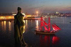 Kapal brig Tre Konor melintasi Sungai Neva selama puncak perayaan festival Malam Putih 2016 di Sankt Peterburg, Rusia.