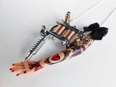 "RÉSERVÉ à Malika (1) Sautoir ""Tattoo Lady"" métal argenté et petit nœud noir"