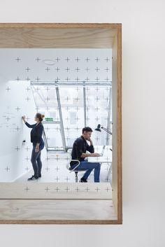 Die grafische Wandgestaltung zieht sich weiter bis in die Galsabtrennung zwischen Flur und Büro. Der Rahen kann als Sitzelement genutzt werden. Foto © Daniel Schäfer