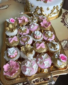 A imagem pode conter: 1 pessoa Elegant Cake Pops, Elegant Cupcakes, Fancy Cupcakes, Beautiful Cupcakes, Beautiful Desserts, Wedding Cupcakes, Cupcake Gift, Cupcake Display, Cupcake Cookies