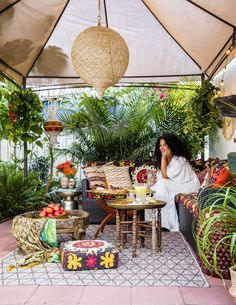 8 Backyard Design Ideas from Justina Blakeney is part of Boho patio Take a cue from designer Justina Blakeney and turn your backyard into an exotic retreat - Bohemian Living, Bohemian Patio, Bohemian Gypsy, Bohemian Style, Bohemian Wall Art, Bohemian Interior, Hippie Style, Patio Tropical, Tropical Plants