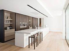 Obumex | Contemporary Kitchen | Kitchen Island | White | Wood | Design ontbijtkast, toestellen oven , micro en steamer naast elkaar