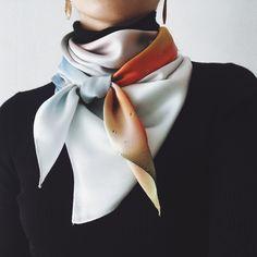 La ideal Ways To Wear A Scarf, How To Wear Scarves, Dress Like A Parisian, Paris Dresses, Warm Outfits, Neck Scarves, Scarf Styles, Scarf Wearing Styles, Wearing Scarves