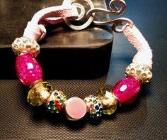 Braccialetto realizzato con perle di vari tipi, con cinturino in tessuto tipo pelle e chiusura realizzata in Alluminium Wire Silver color - 2016 novembre