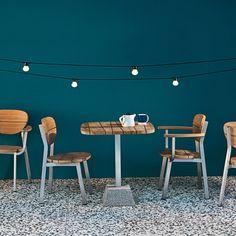 Chaise et fauteuil Gervasoni InOut 123/124. Design Paola Navone. Une combinaison intelligente de formes et de couleurs qui caractérise la collection InOut, non seulement conçu pour une utilisation en extérieur – terrasses, jardins, piscines – mais aussi pour l'intérieur. www.saisons-deco.com