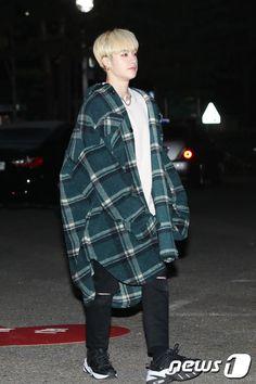 ( 20181130 - press media ) Stray Kids arrived at Music Bank Lee Min Ho, Kpop Fashion, Korean Fashion, Japan Fashion, Rapper, Chris Chan, Stray Kids Chan, Sweet Guys, Kpop Outfits