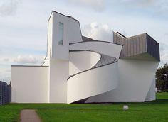Museu de Design Vitra, em Weil am Rheim, no estado de Baden-Württemberg, Alemanha. Arquiteto: Frank Owen Gehry.  Fotografia: Sandsteen.  – Wikipédia, a enciclopédia livre.