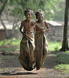 20 Touching Photos That Prove Money Can't Buy Happiness Happy People Photography, Cute Kids Photography, Kids Around The World, People Of The World, Childhood Games, Childhood Memories, Foto Picture, Cultures Du Monde, Village Photography