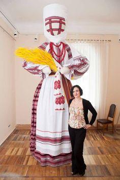 Найбільша  в Україні лялька-мотанка,виготовлена із збереженням традиційних правил народної творчості,знаходиться у Житомирі.Висота-3 м 50 см   https://twitter.com/PTernopolya/status/854007308673830912