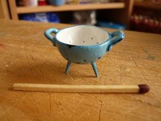 how to make a mini colander ... instructions in foreign language ... use clay, toothpicks and paint ... look at pictures