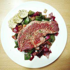 Today for dinner: #Steak auf gegrilltem #Gemüse (grüne #Paprika und rote #Zwiebel) und selbst gemachter Kräuterbutter #todayfordinner #food #foodstagram #delicious #healthy #vegetables #pepper #green #greenpeppers #onion #redonion #lowcarb #foodporn #foodpics #beef