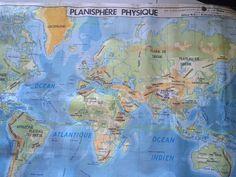 Déco vintage avec cette carte scolaire authentique des années 1970. Cette carte scolaire est un original représentant un planisphère au recto et au verso.