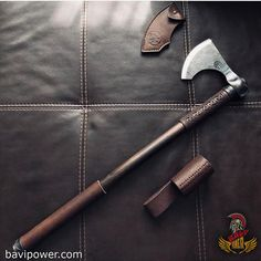 Viking Axe: The constant companion of the Vikings The Viking axe was affordable for nearly the whole community of the Vikings. Even the poor Viking men could get himself an axe. This was because the axe didn't take much time and effort to create it. Swords And Daggers, Knives And Swords, Machado Viking, Viking Axe, Viking Sword, Axe Handle, Sword Design, Battle Axe, Medieval Weapons