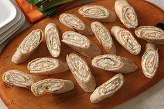 Vous cherchez un amuse-gueule à faire à l'avance pour votre prochaine réception? Essayez ces délicieuses bouchées de tortillas roulées aux carottes et au brocoli hachés en plus de fromage à la crème. Elles sont parfaites pour l'occasion!