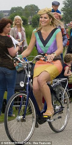 La reina de holanda en bici (2013.09) http://www.dailymail.co.uk/news/article-2356789/Queen-Maxima-Zorreguieta-arrives-bike-summer-dress-heels-open-park-name.html