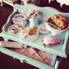 1:12 scale // Miniature filled baking sideboard van Kimsminibakery on Etsy.