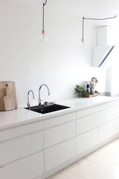 minimal kitchen White kitchen in Johanne's lovely Aalborg apartment in monochrome White Kitchen Decor, Farmhouse Kitchen Decor, Kitchen Interior, New Kitchen, Danish Kitchen, Kitchen Ideas, Black Ikea Kitchen, Awesome Kitchen, Kitchen Small