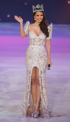 Megan Young during her farewell as Miss World Modern Filipiniana Gown, Filipiniana Wedding, Wedding Gowns, Megan Young, Miss World 2014, Filipino Wedding, Filipina Beauty, Celebrity Red Carpet, Traditional Dresses