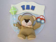 Lindo enfeite de porta de maternidade para receber seu bebê! Confeccionado em círculo de mdf de 26 cm de diâmetro, revestido em tecido e decorado com o ursinho em feltro, carrinho e pipa. <br> <br>As cores podem ser alteradas conforme sua decoração.