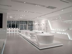 Noken, a specialist in sanitaryware and tap fittings, it stands out for the singularity and unique attention given to every single detail Visual Merchandising, Mobile Shop Design, Bath Showroom, Showroom Interior Design, Bathroom Showrooms, Futuristic Interior, Shop Layout, Retail Space, Office Interiors