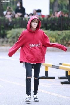 [🐰] He is so adorable T^T like a kid wearing an oversize shirt . Got7 Bambam, Youngjae, Mark Bambam, Got7 Mark Tuan, Kim Yugyeom, Jhope, Jimin, Jaebum, K Pop