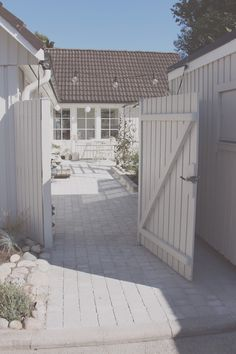 Grey cobblestone walkway - BY JO WITH LOVE zaun landhaus √ Best Fencing Design Ideas for Inspiration to Lok Out for Your Home Diy Fence, Backyard Fences, Fence Ideas, Pergola Ideas, Grey Gardens, Back Gardens, Indoor Garden, Outdoor Gardens, Cobblestone Walkway