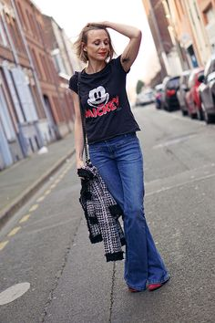 #mickeyteeshirt #disneyteeshirt #tatoo #palmtree #palmtreetatoo Fashion Blogs, Bell Bottoms, Bell Bottom Jeans, Palm, T Shirt, My Style, Outfits, Tatoo, Chanel Style Jacket