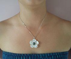 Colgante de perla negra con flor de madreperla [2]