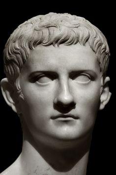 """Caligula. Tercer emperador romano. Perdio la razon por constantes crisis epilepticas, y una mas que probable meningitis que lo convirtio en poco tiempo en un """"monstruo"""" segun Suetonio."""