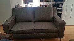 Sillón love seat de 1.60m en textil lino gris claro con sobre costura en gris obscuro.