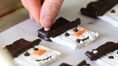 Snowman cookies recipe - pretzel sticks covered with chocolate | Buona Pappa