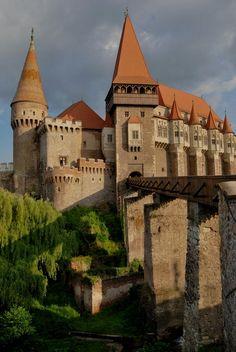 Hunyad castle in Hunedoara, Romania Romania Travel Für Informationen Zugriff auf unsere Website https://storelatina.com/romania/travelling #루마니아 #Rumania #Roumanie #Rumunia