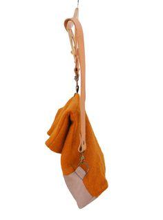 Ikki - wandeling met natuur  De rugzak oranje & Grey is een perfecte partner in elke dag. Of je met de fiets of te voet gaat, deze tas kunt dragen uw bezittingen naar de stad, bos, gym, parken, werkplek... dus overal.  Afmeting: normaal 32cm (geopende 45cm) X 36cm  Materiaal: wol-acryl en grijs leder van de geit  Interieur: Er zijn 2 zakken (22X25cm) en (18 X 22) precies voor uw belangrijke dingen. Binnenkant materiaal is 100% natur katoen.  Bandjes: natur leder (ze zijn vastgesteld met 61cm…