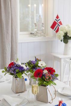 Søt små maibuketter i gaveeske - perfekt vertinnegave til 17. mai: https://www.mestergronn.no/blomsterbutikk/Kjop_blomster/Anledninger/17mai