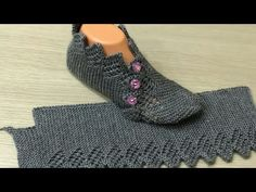 İki Şişle Ajurlu Yeni Patik Modeli Yapımı A new openwork booties model that you can create a dowry. Super Easy Slippers to Crochet or to Knit Looking for the pattern Gilet Crochet, Knitted Slippers, Crochet Slippers, Crochet Motif, Crochet Baby, Knit Crochet, Knitting Patterns Free, Free Knitting, Baby Knitting