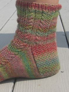 Rhodie Gus Socks - free pattern by Kristen Kapur - worked cuff down - sample is shown in Zitron Trekking XXL. Knitting Videos, Knitting Stitches, Knitting Socks, Knitting Patterns Free, Hand Knitting, Free Pattern, Crochet Patterns, Lots Of Socks, Classic Elite Yarns